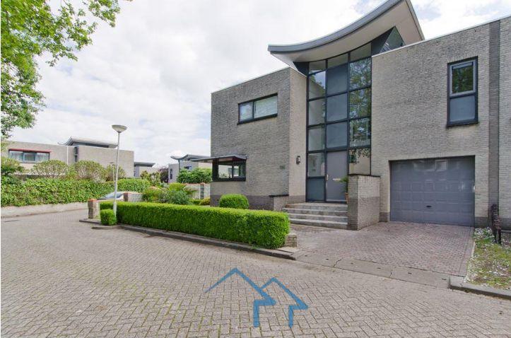 鹿特丹市中心单户半独立别墅,东部富人区良好地段,交通便捷,时尚舒适环境