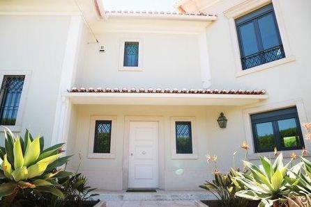 里斯本Cascais三居室豪华别墅,地理位置优越,紧邻海滩,高尔夫球场,高规格翻新装修,格调舒适